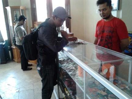 Mas Agus cah Jogja (belakang) dan bro Salman asli Bugis Makassar (depan bertopi) sibuk hunting oleh-oleh
