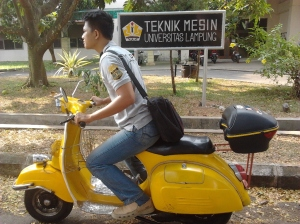 lovely yellow vespa (4)