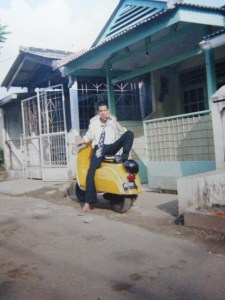 lovely yellow vespa (8)